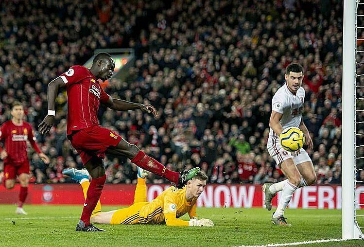 Mane (đỏ) ghi bàn thứ 15 từ đầu mùa sau pha đá bồi vào lưới trống. Ảnh: Reuters.