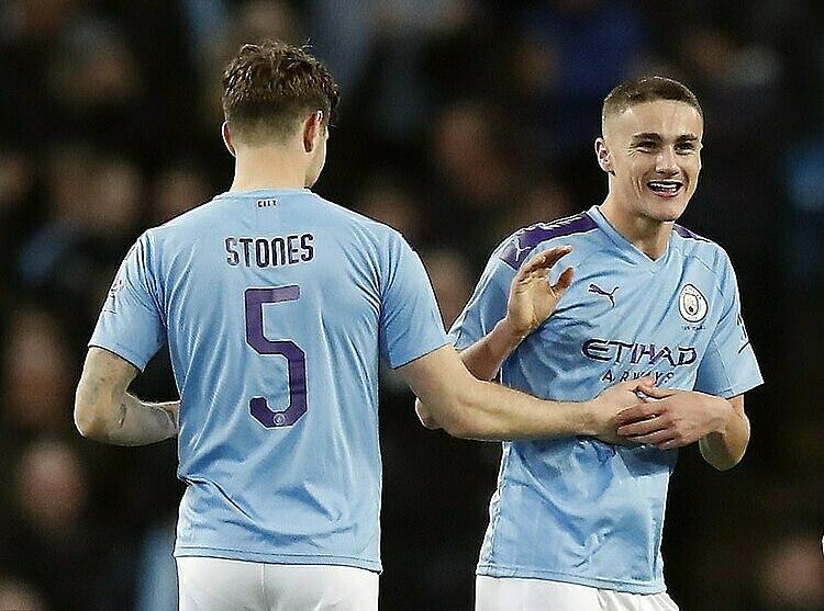 Harwood-Bellis (phải) ghi bàn trong trận đầu tiên tại Cup FA. Ảnh: Reuters.