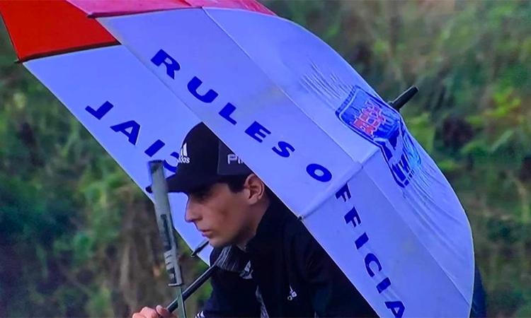 Niemann dùng ô mượn của trọng tài để che mưa. Ảnh: Twitter/BrandonPorath.