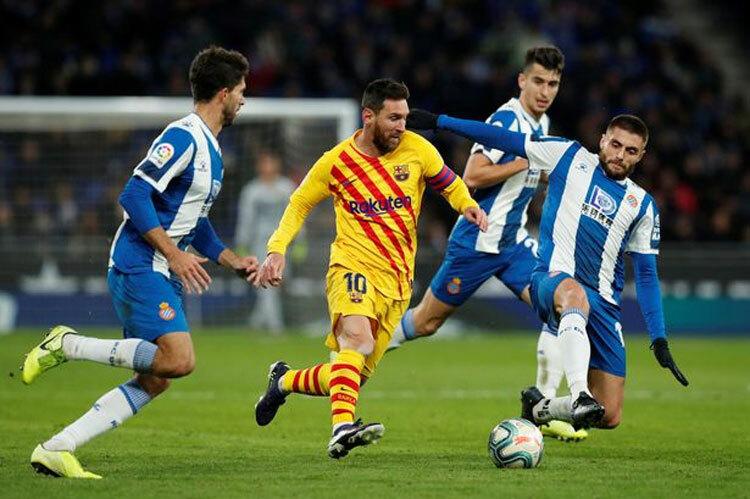 Đội chủ nhà bắt chặt Messi. Ảnh: Reuters