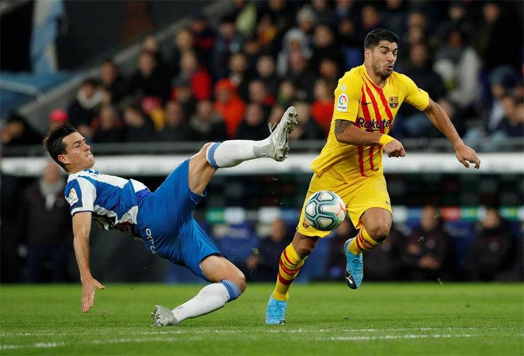 Suarez lỡ cơ hội khi trước mặt chỉ còn thủ môn.