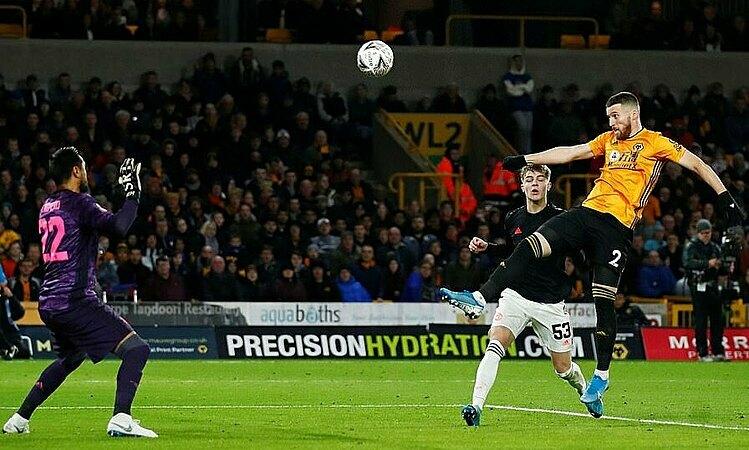 Doherty đánh đầuvào lưới nhưng không được công nhận bàn thắng. Ảnh: Reuters.