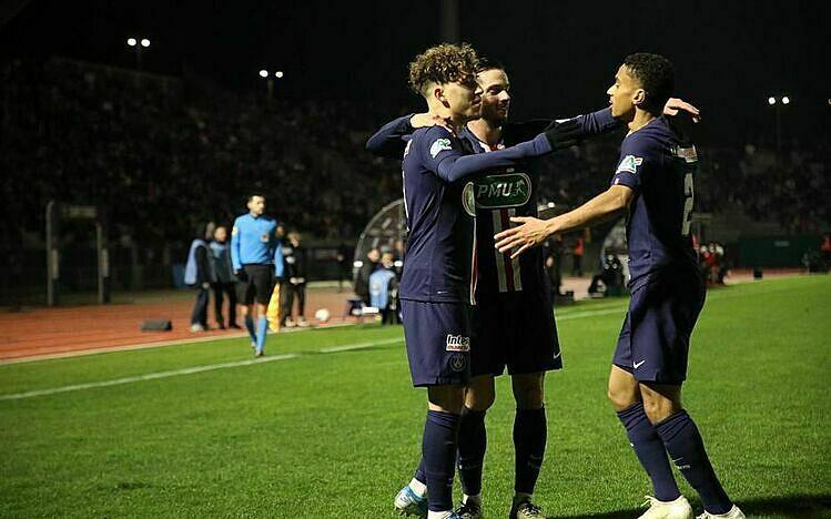 Aouchiche (trái) mừng bàn thắng cùng các đồng đội. Ảnh: Le Parisien.