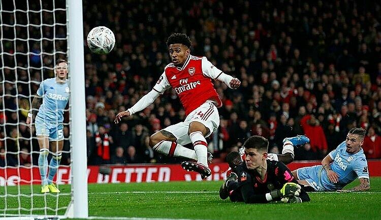 Nelson (đỏ) ghi bàn duy nhất của trận đấu. Ảnh: Reuters.