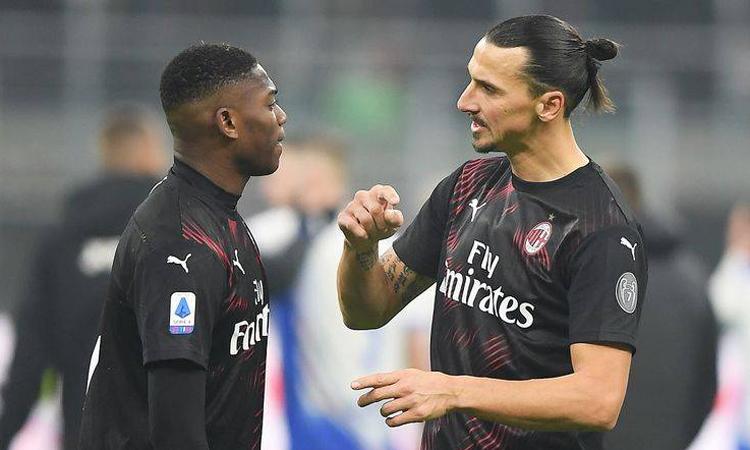 Ibrahimovic chỉ bảo nhiệt tình cho đàn em Rafael Leao về cách di chuyển trên hàng công. Ảnh: Reuters.