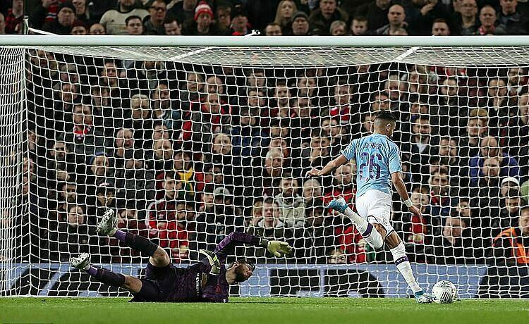 Mahrez (số 26) ghi bàn vào lưới trống. Ảnh: REX.