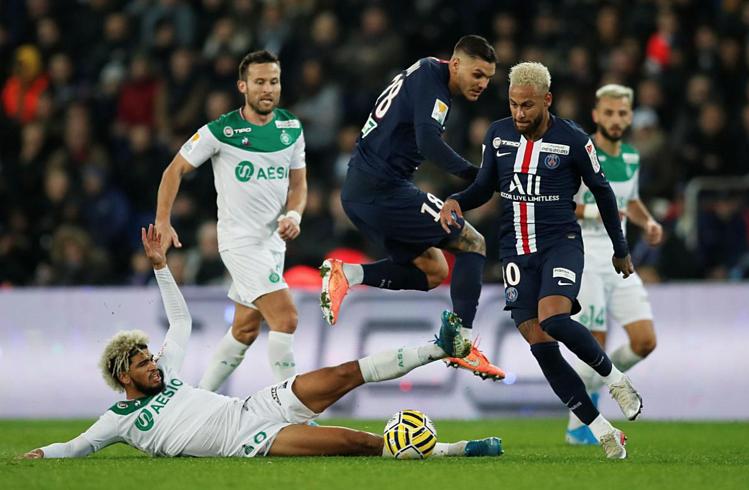 Hàng thủ Saint Etienne bị nghiền nát bởi các ngôi sao tấn công PSG như Icardi, Neymar. Ảnh: Reuters.