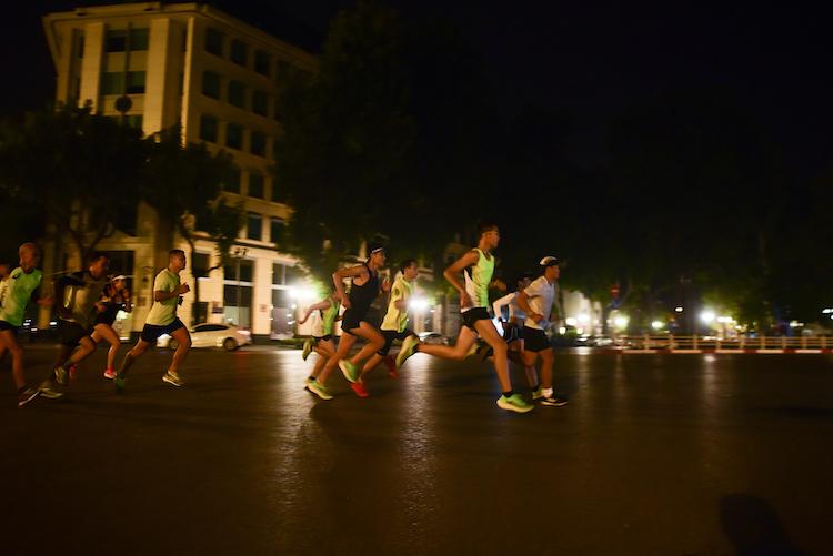 Chạy bộ đêm mang lại nhiều lợi ích.