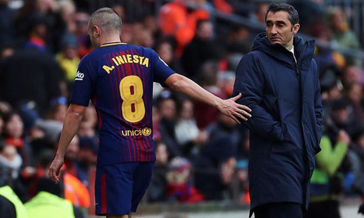 Iniesta có một năm làm việc cùng HLV Valverde trong mùa 2017-2018. Ảnh: EFE.