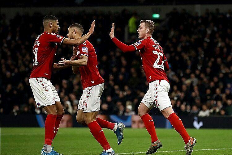 Saville (phải) ghi bàn cho Middlesbrough ở cuối trận. Ảnh: PA.