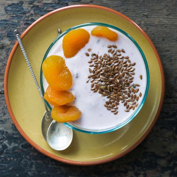 Hạt lanh thường ăn kèm cùng sữa chua và trái cây khác trong chế độ ăn sáng của nhiều người. Ảnh: Tasteofhome.