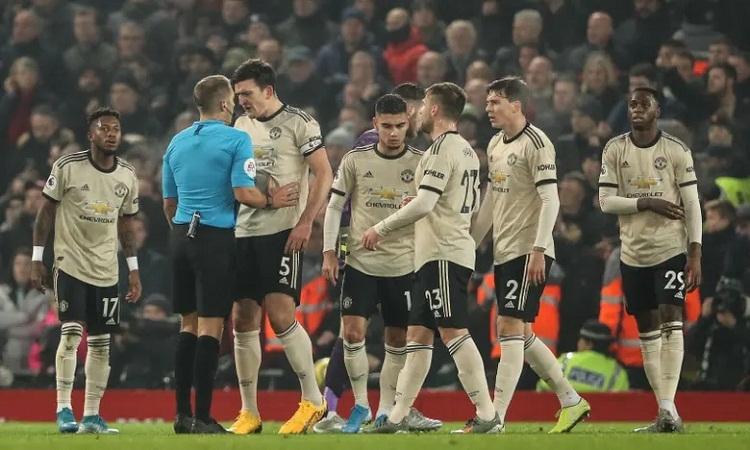 Các cầu thủ Man Utd phản ứng khi trọng tài không phạt Van Dijk. Ảnh: Reuters.