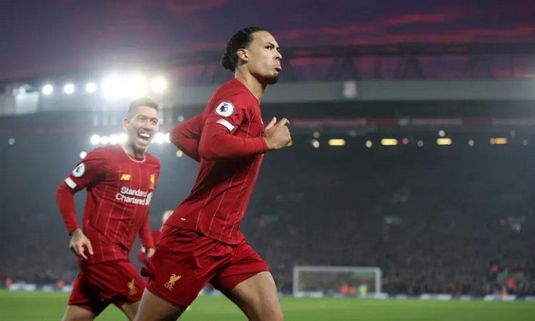 Van Dijk chiếm sân khấu của những ngôi sao tấn công như Salah, Mane, Martial trong trận cầu tâm điểm. Ảnh: Reuters.