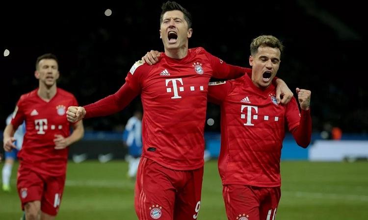 Lewandowski vui mừng khi lập công sau khi bị từ chối một bàn thắng: Ảnh: AFP.