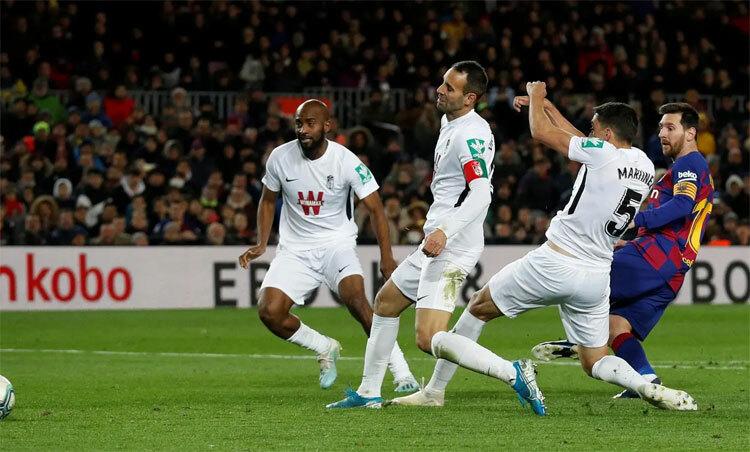 Ba hậu vệ Granada không đủ để ngăn Messi.