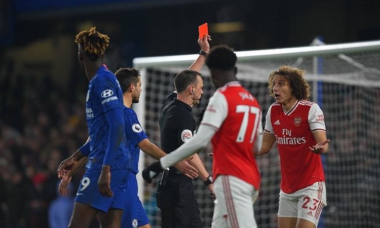 David Luiz nhận thẻ đỏ sau pha vào bóng với Abraham. Ảnh: DM.