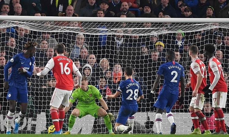 Azpilicueta (số 28) nâng tỷ số lên 2-1 khi trận đấu còn sáu phút. Đội trưởng Chelsea tưởng như đã mang về chiến thắng cho đội nhà. Ảnh: AFP.