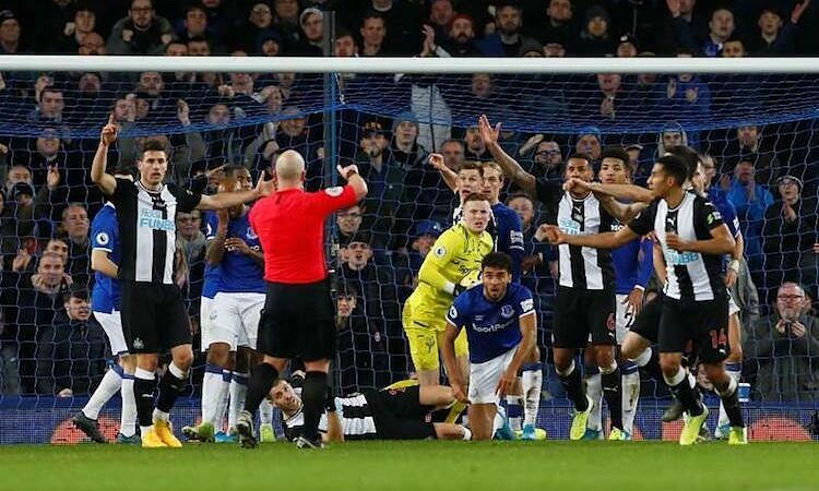 Pickford cản bóng khi đứng sau vạch vôi ở bàn gỡ hoà 2-2 của Newcastle. Ảnh: Reuters.