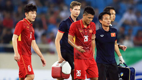 Bác sĩ Nguyễn Trọng Thủy làm nhiệm vụ trong một trận đấu của ĐT Việt Nam