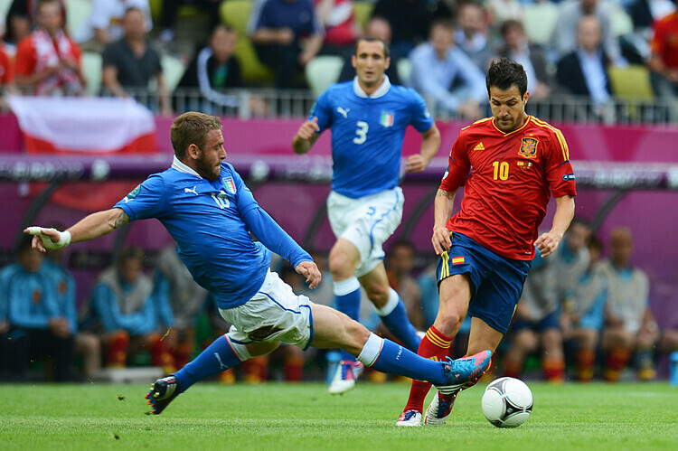 De Rossi thể hiện sự mạnh mẽ và quyết liệt trong một pha tranh cấp với Cesc Fabregas của đội tuyển Tây Ban Nha.