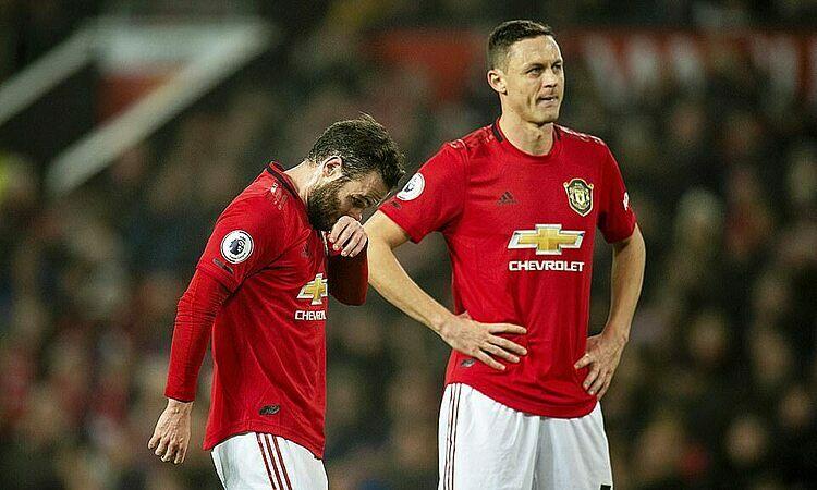 Nỗi buồn của Mata và Matic. Ảnh: EPA.