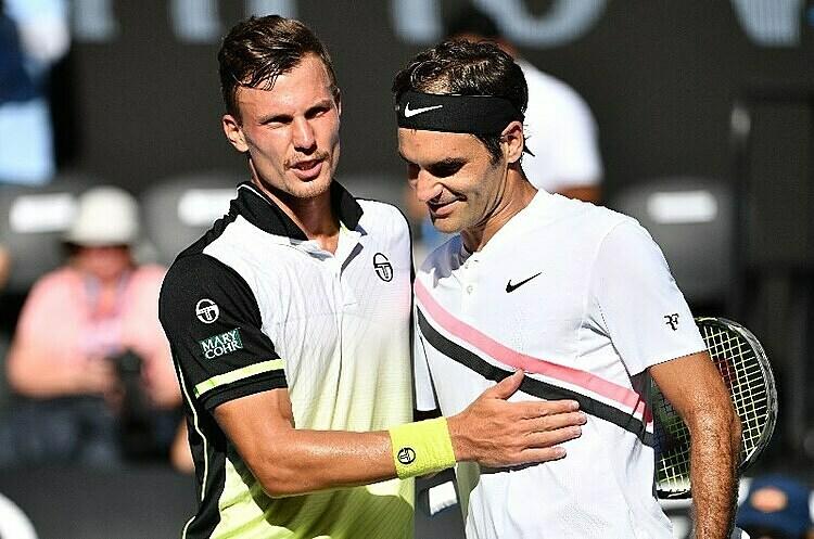 Federer (phải) từng hạ Fucsovics tại Australia Mở rộng hai năm trước. Ảnh: AP.