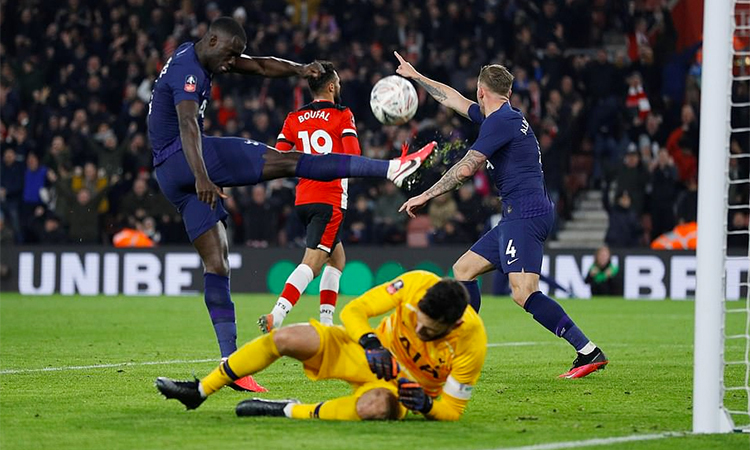 Cầu thủ Tottenham bực và thất vọng sau khi thủng lưới ở phút 87. Ảnh: Reuters.