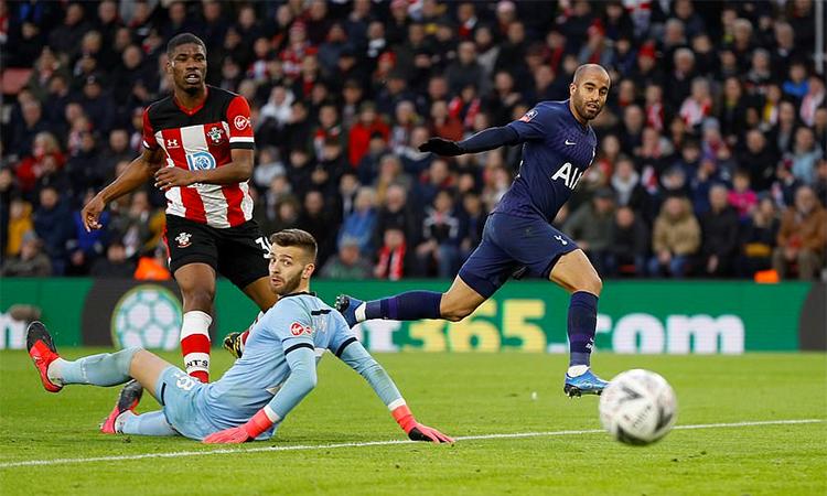 Moura (phải) lỡ cơ hội mở tỷ số cho Tottenham ở phút 33, trong tình huống bị thủ môn Gunn dùng chân cản phá bóng. Ảnh: Reuters.