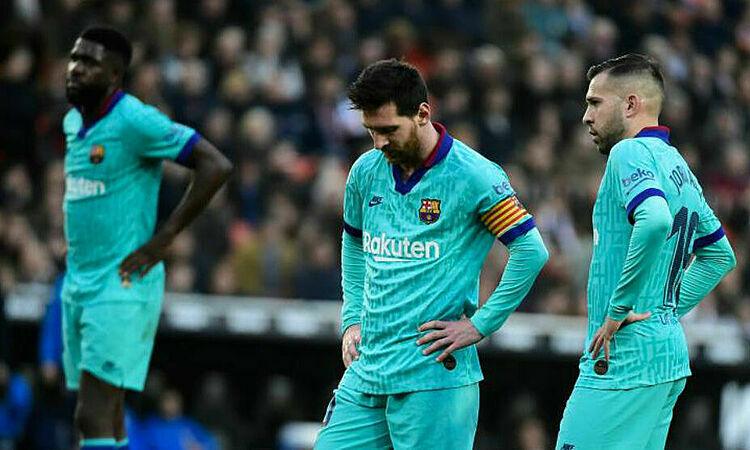 Messi (giữa) và đồng đội gây thất vọng trước Valencia. Ảnh: AFP.