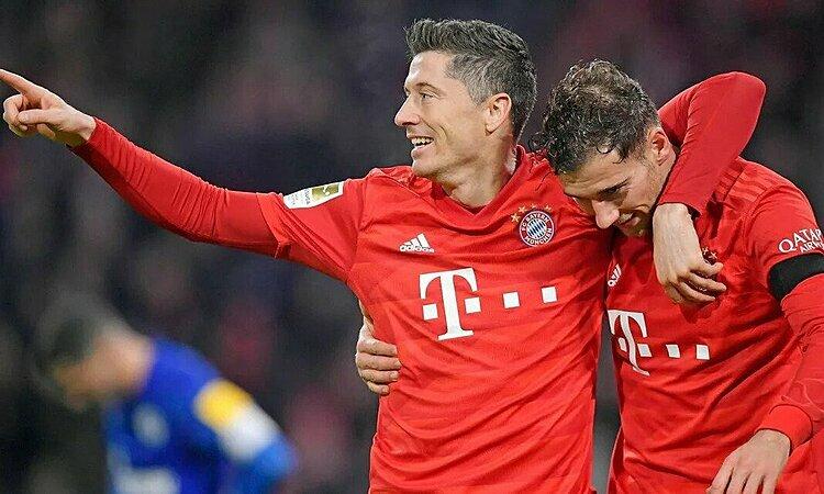 Lewandowski (trái) và Goretzka chơi nổi bật trong trận thắng Schalke. Ảnh: imago.