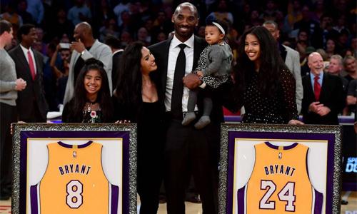 Bryant cùng vợ con trong lễ treo áo của anh tại sân Staples Center tháng 12/2017. Ảnh: AFP.