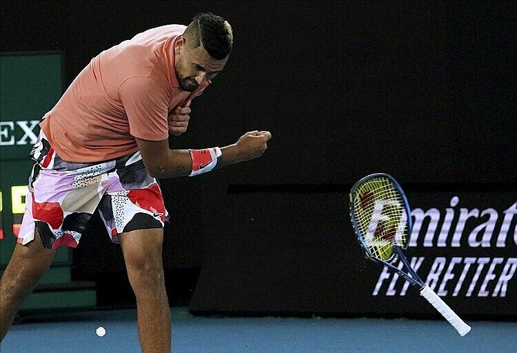 Kyrgios đập vợt...