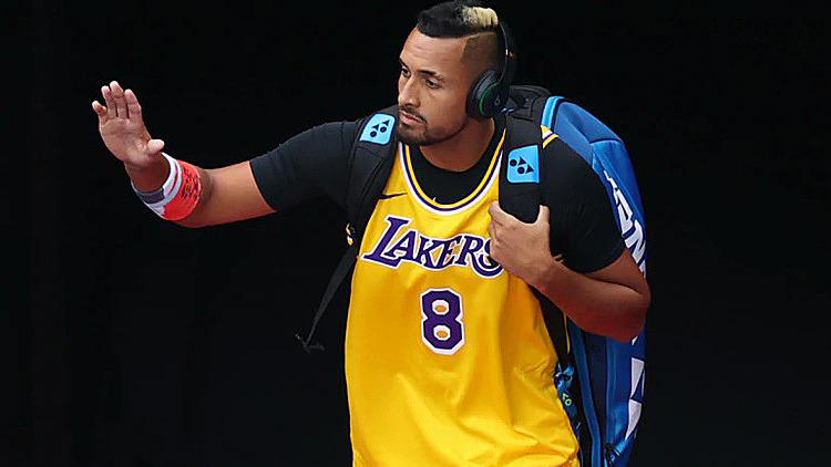 Kyrgios bước vào sân Rod Laver trong chiếc áo thi đấu của Kobe Bryant. Ảnh: Reuters.
