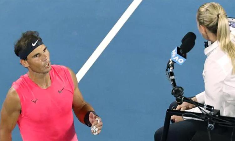 Nadal bất bình với nhiều quyết định của nữ trọng tài Tourte. Ảnh: AP.