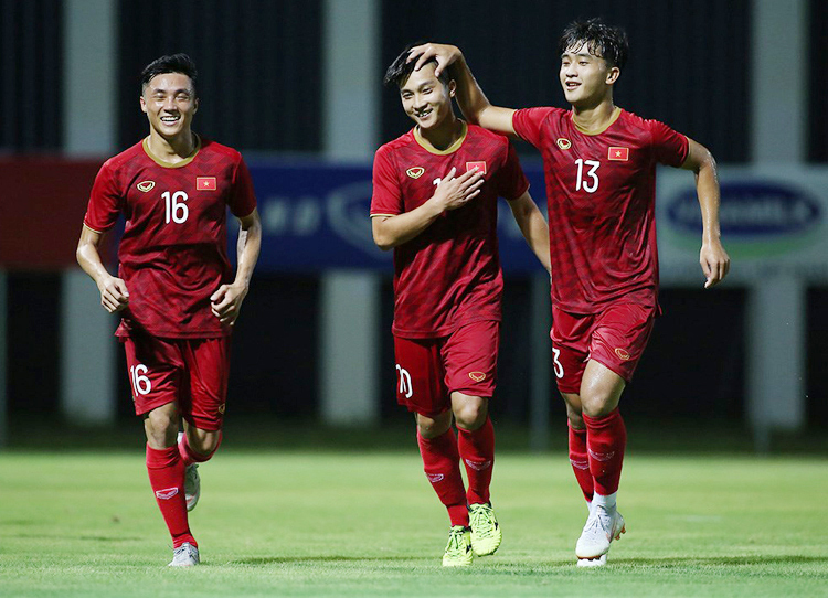Martin Lo (giữa) khoác áo U23 Việt Nam tháng 8/2019.