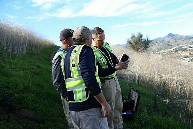 Các nhân viên Ủy ban an toàn giao thông Hoa Kỳ đo tọa độ để thiết lập máy bay không người lái mô phỏng lộ trình vụ tai nạn. Ảnh: NTSB.
