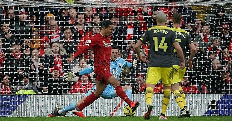 Van Dijk đánh gót suýt thành bàn, trong chiến thắng của Liverpool trước Southampton ở Ngoại hạng Anh hôm qua 1/2. Ảnh: Ian Hodgson.