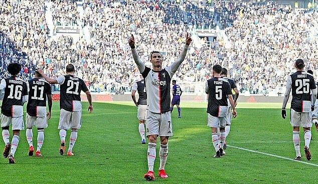Ronaldo ăn mừng sau khi ghi bàn cho Juventus. Ảnh: EPA.