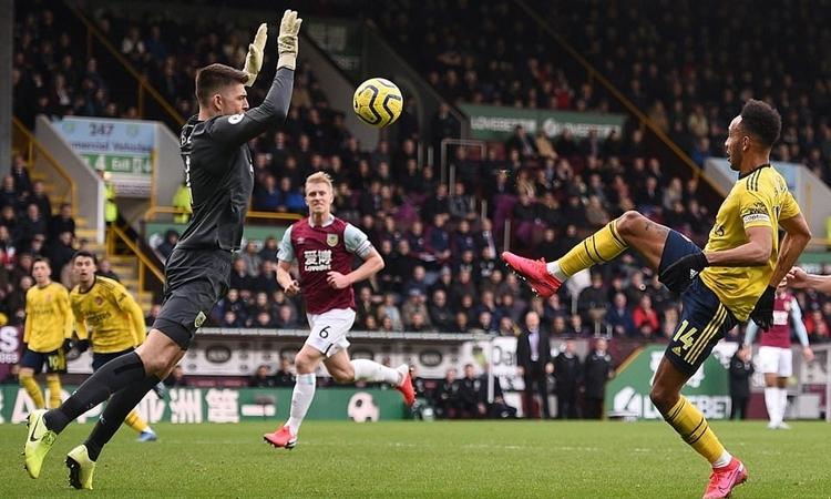 Aubameyang lốp bóng qua đầu thủ môn Nick Pope nhưng bất thành. Ảnh: AFP.