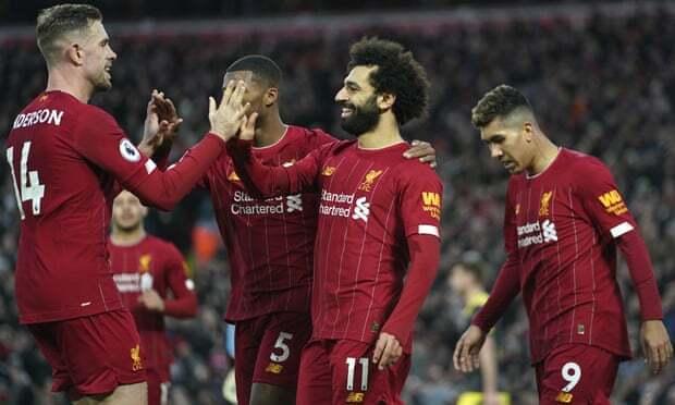 Henderson (trái) chia vui cùng Salah sau khi tiền đạo người Ai Cập ấn định tỷ số 4-0. Ảnh: AP.