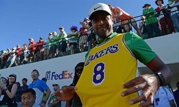 Finau mặc áo số 8 để tưởng nhớ Kobe Bryant trước khi vào hố 16. Ảnh: CBS Sports.