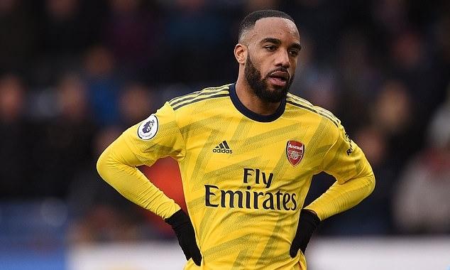 Lacazette tỏ vẻ thất vọng khi không thể ghi bàn trong trận hòa Burnley 0-0 tối 2/2. Ảnh: AFP.