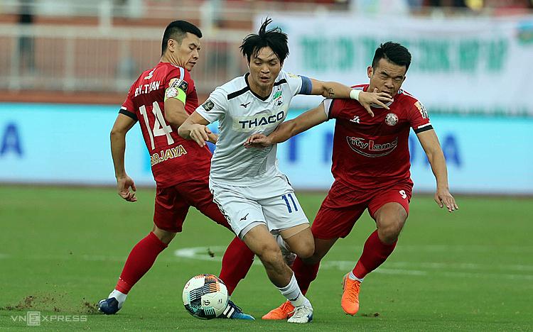 Virus corona khiến toàn bộ lịch thi đấu của bóng đá Việt Nam bị ảnh hưởng.