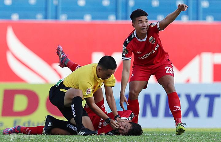 Trọng tài Ngô Duy Lân sơ cứu cầu thủ cắn lưỡi trên sân Bình Dương được đề cử giải Fair Play 2019. Ảnh: Đức Đồng.