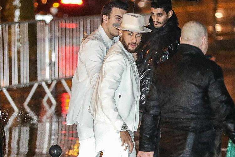 Neymar mặc đồ trắng đến tiệc sinh nhật.
