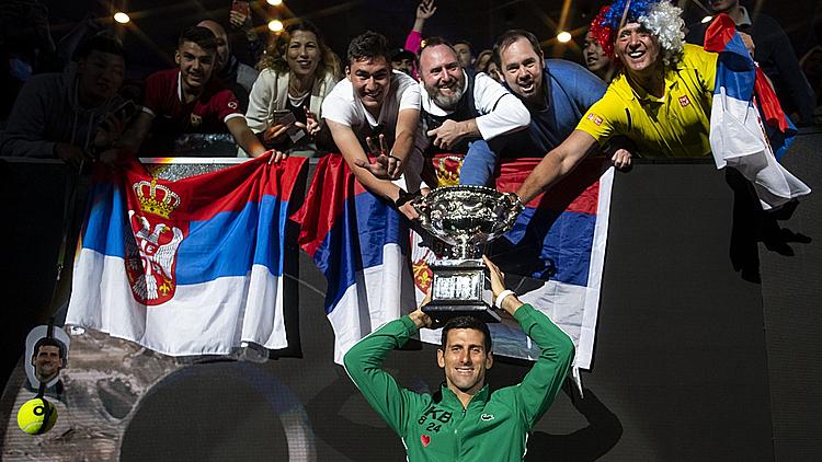 Djokovic mừng chức vô địch Australia Mở rộng bên các CĐV Serbia. Ảnh: CGTN.