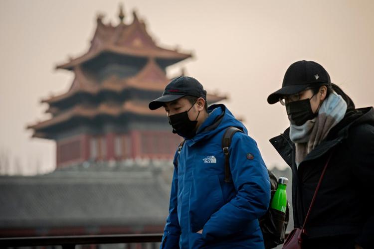 Khách bộ hành đeo khẩu trang tại Bắc Kinh. Ảnh: Bangkok Post