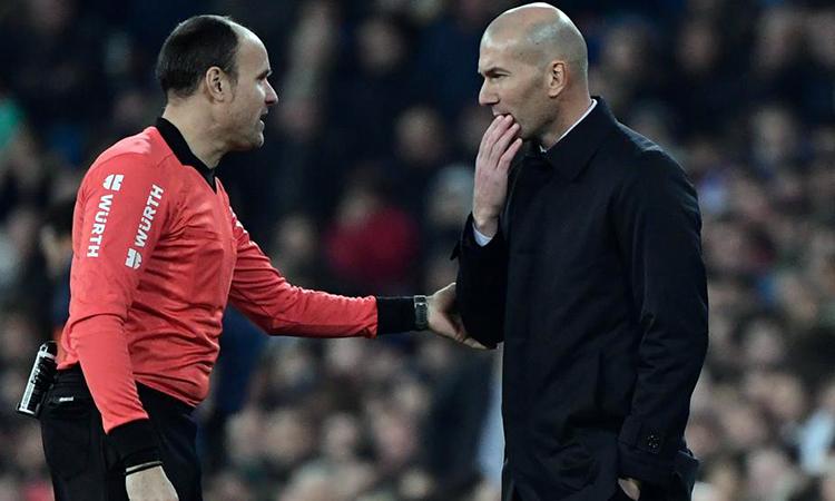Zidane (phải) trao đổi với trọng tài Mateu Lahoz tối 6/2. Ảnh: AFP.
