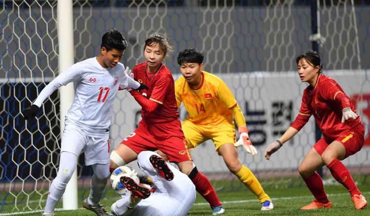 Thiếu trụ cột Chương Thị Kiều vì chấn thương, hàng thủ Việt Nam vẫn hoạt động hiệu quả, khiến Myanmar không thể ghi bàn. Ảnh: AFC