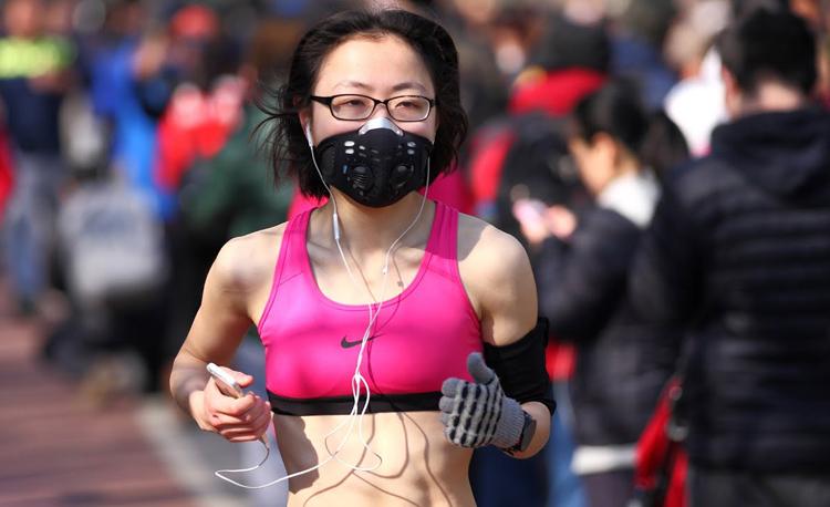 Một runner đeo khẩu trang trong khi chạy.